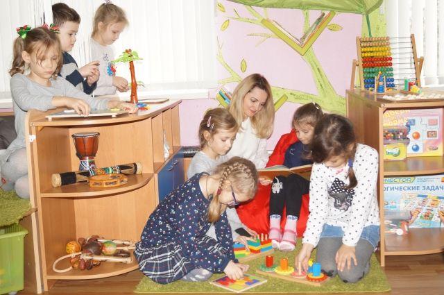 Воспитатель детского сада № 70 в Новороссийске с воспитанниками своей группы.