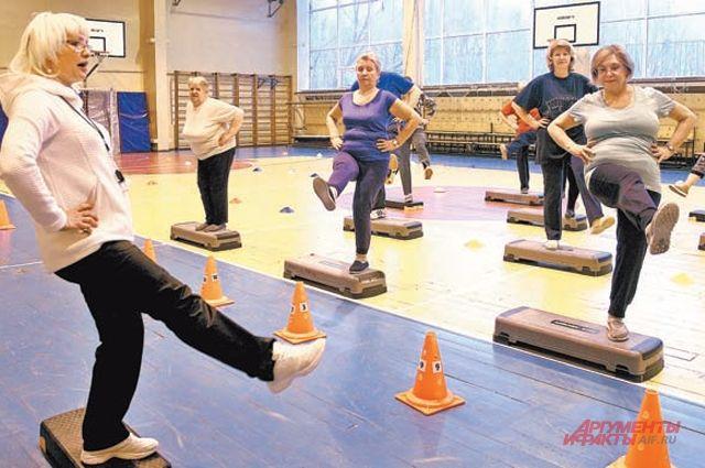 Упражнения для развития ножных мышц делает группа тренера Татьяны Марковой.