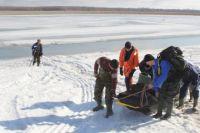 Спасатели достали рыбаков со льдины