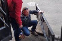 Мужчина ухватился за поручень, чтобы зайти в салон, но внезапно дверь троллейбуса отвалилась.