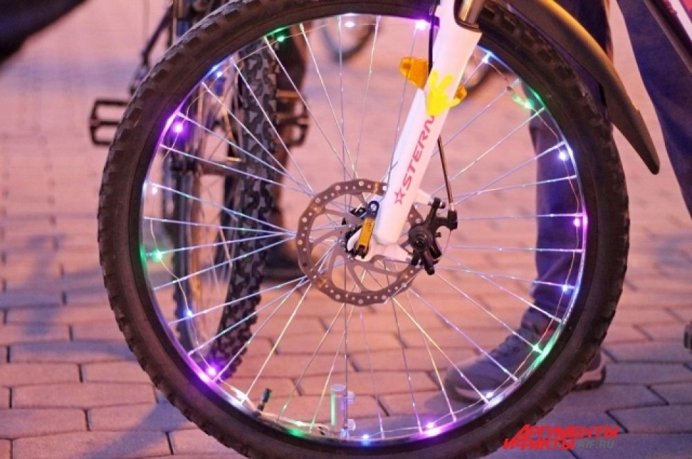Иркутяне украсили свои велосипеды фонариками.