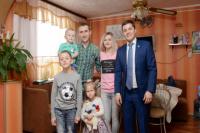 Губернатор Ямала вручил жилищный сертификат молодой семье в Лабытнанги