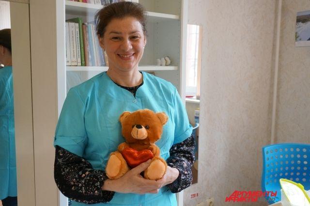 Юлия Нефёдова уже год помогает ребятам в больницах и семьях.