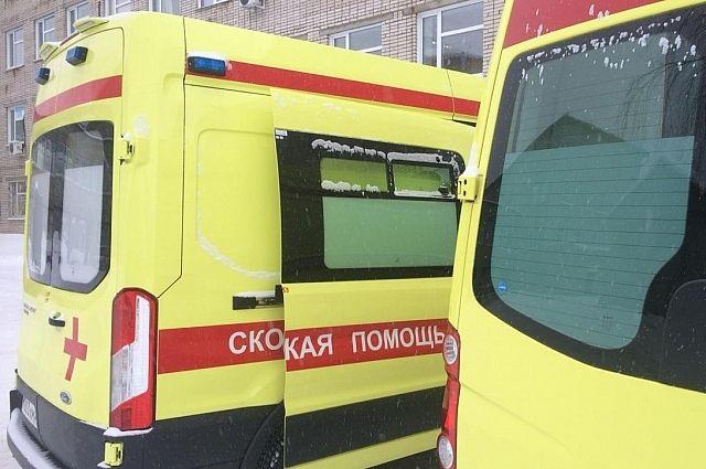На месте работают сотрудники скорой помощи.