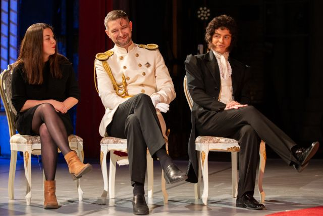 Публика от Пушкина до современных дам на сцене театра собралась.