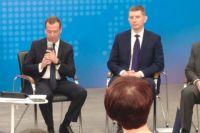Дмитрий Медведев и Максим Решетников обсуждают развитие бизнеса с пермскими предпринимателями.