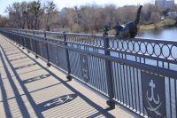 В ночь на вторник, 2 апреля, в Виннице вандалы украли одну из бронзовых скульптур, которые украшали мост.