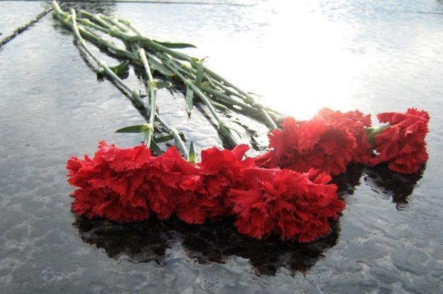 Тюменские депутаты возложили цветы к монументу погибшим при крушении ATR-72