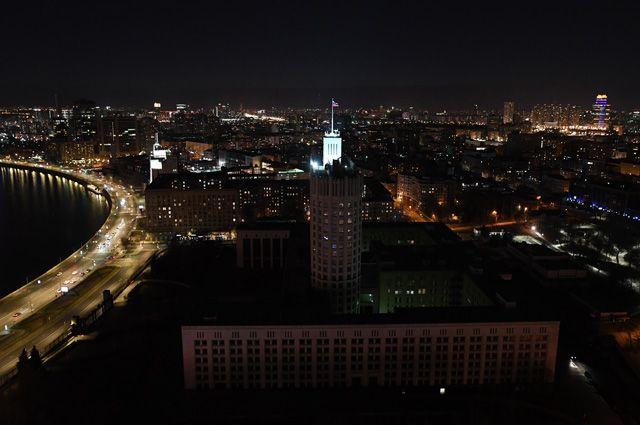Здание правительства РФ в Москве после отключения подсветки в рамках экологической акции «Час Земли».