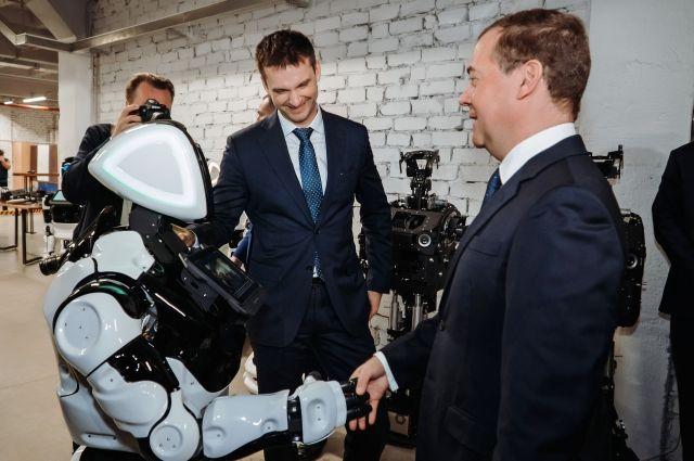 Робот поприветствовал главу правительства РФ в технопарке «Морион» во время рабочего визита Медведева.