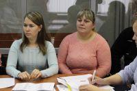 Светлана (на фото слева) и Екатерина тяжело переживают, что всю жизнь прожили с неродными родителями.
