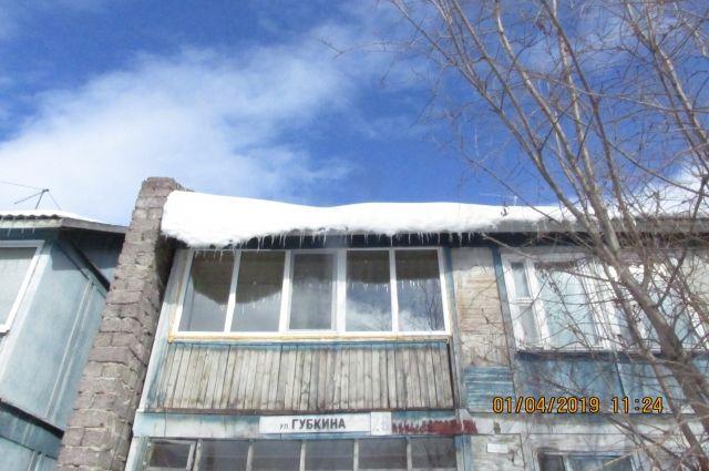 Специалисты продолжают рейды по дворам Салехарда, которые завалены снегом