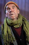 Алексей Булдаков в роли бомжа Бобы на съемочной площадке сериала «Москва. Три вокзала». Съемки проходили на Рижском вокзале. 2010 г.