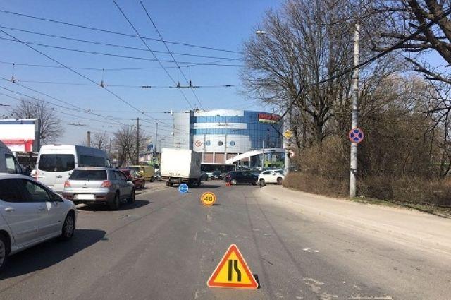 На ул. Киевской столкнулись Lexus и Nissan, одна автоледи пострадала