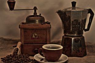 Кофе появился на Руси ещё во времена царя Алексея Михайловича как лекарство от насморка и головной боли. Настоящую же популярность он получил при ПетреI.  В 1720 году в Петербурге открылась первая кофейня.