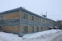 В Салехарде прокуратура обязала УК убрать снег и сосульки с крыши дома