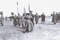 Верховный правитель Александр Колчак вручает полковое знамя, 1919 год.