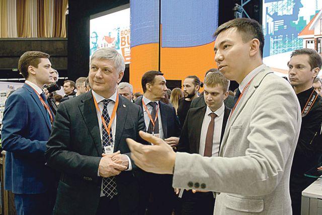 Губернатор осмотрел выставочную экспозицию «Воронеж  BUILD», где были представлены стройматериалы, техника и оборудование.
