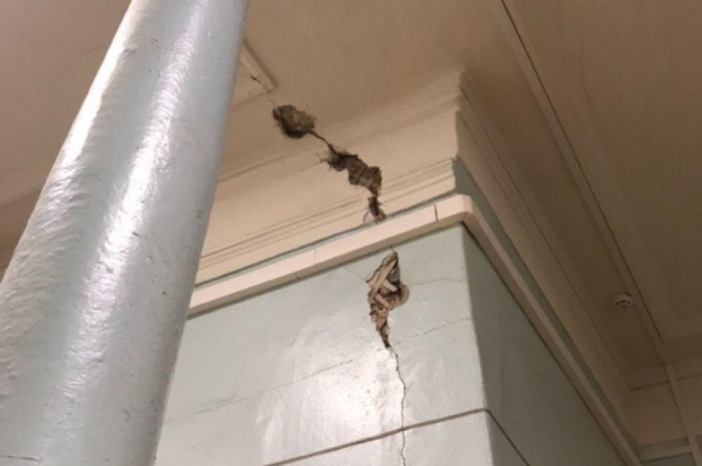 Трещины на стенах здания.