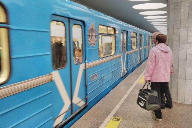 Машинист новосибирского метро доверил управление поездом подруге