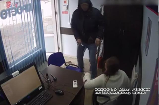 Налётчик попал на запись камеры видеонаблюдения, по этим кадрам его удалось вычислить и задержать.