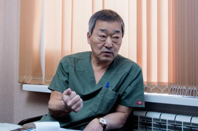 Юрий Тен провел сложную операцию новорожденному.
