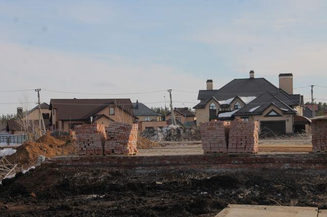 Строительная площадка под новую школу уже готова, материалы завозят, осталось посмотреть, как будет осуществляться контроль за ее возведением.