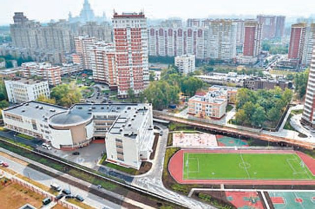 Вместе с новым корпусом в школе № 37 построили большой стадион.