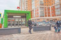 Зелёные лесные мотивы в дизайне станции «Раменки» – напоминание о некогда бывшей здесь дубовой роще.