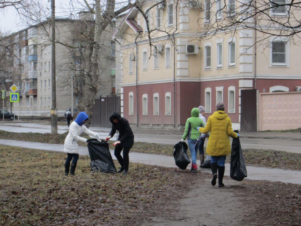На улице Кремлевский вал собрали немало мусора.