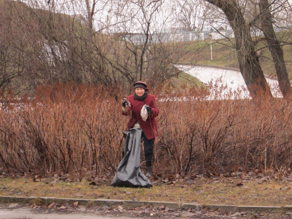 Участники субботника находили мусор даже в кустах.