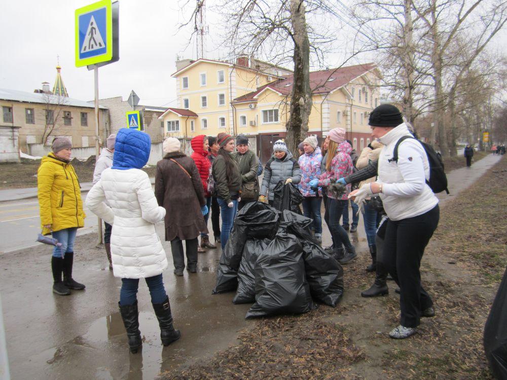 Во время субботника поработали на участке от цирка до улицы Затинной.