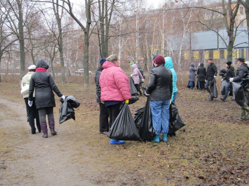 Участники субботника прошли вдоль Кремлевского вала.