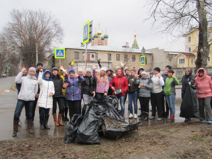 На субботник на Лыбедский бульвар вышли десятки человек, в основном - представители городской администрации.