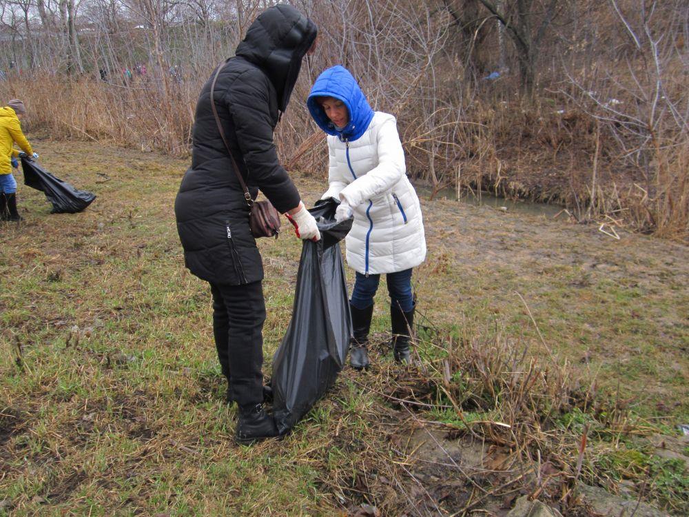 Во время уборки старались не упускать из вида даже мелкий мусор.