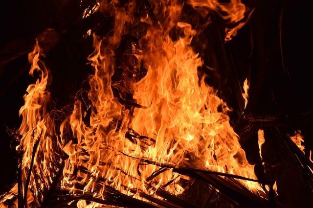 Двухэтажное деревянное здание выгорело полностью.