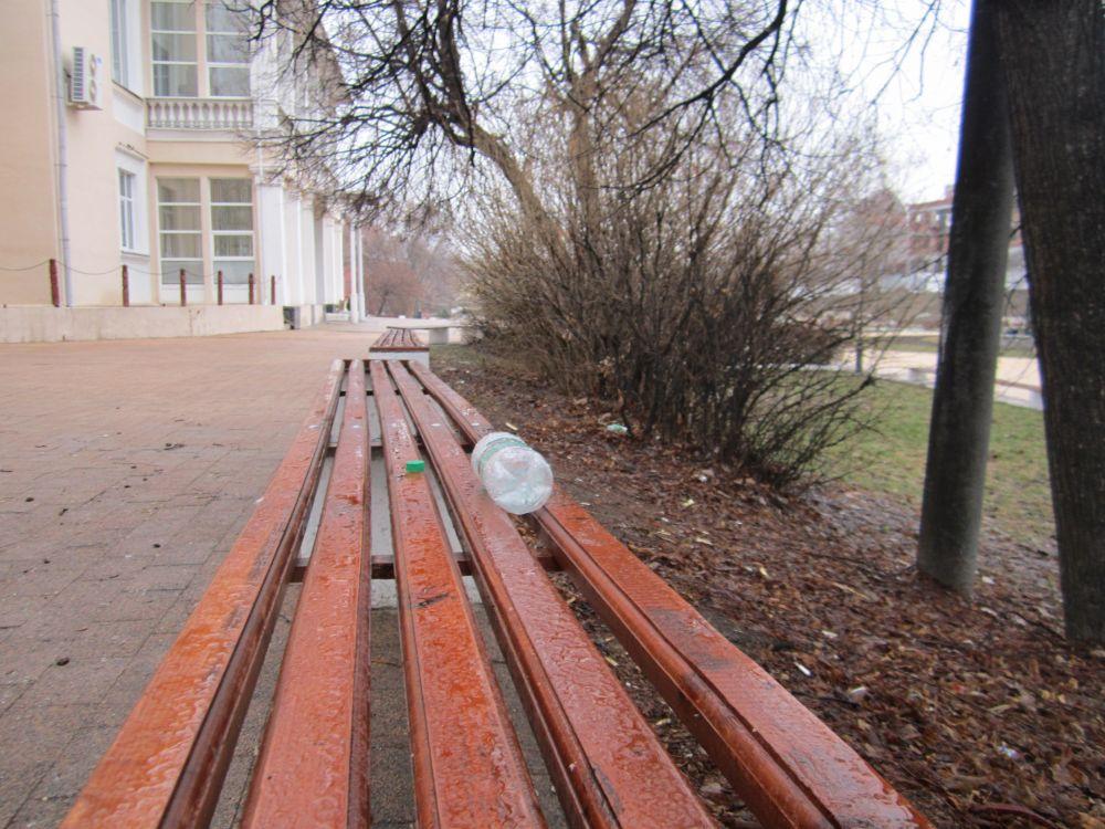 Порой мусор посетители скверов оставляют прямо на скамейках.