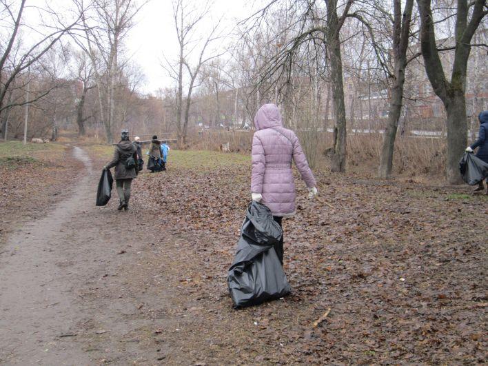 На протяжении всего субботника участники внимательно осматривали городские зоны на наличие мусора.