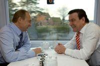 Президент РФ Владимир Путин и канцлер ФРГ Герхард Шредер в поезде Гамбург-Шлезвиг во время официального визита главы Российского Государства в Германию. 2004 г.