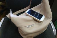 Женщина оставила сумку у входа и этим воспользовался грабитель.