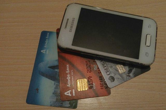 С помощью мобильного банка со счёта женщины похитили деньги.