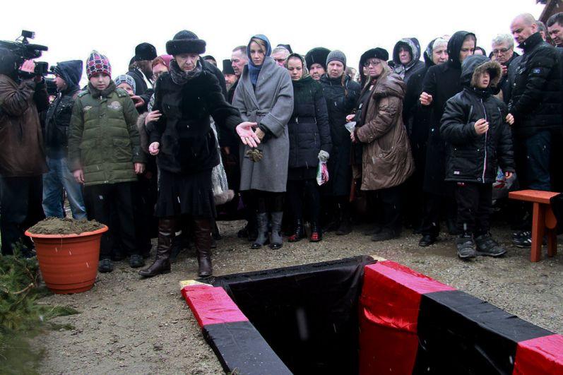 Тамара Золотухина, Ирина Линдт и Ваня Золотухин на похоронах