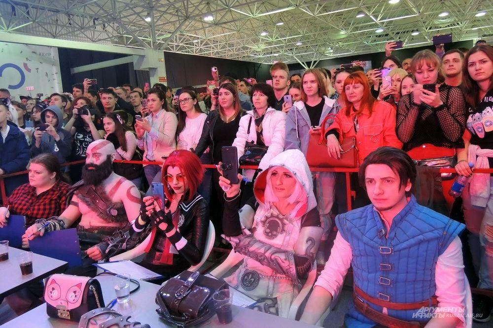Жюри и зрители косплей-шоу.