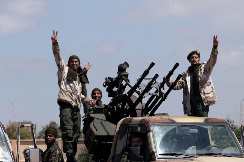 Военные Ливийской национальной армии под командованием Халифы Хафтара отправляются из Бенгази в наступление на Триполи.