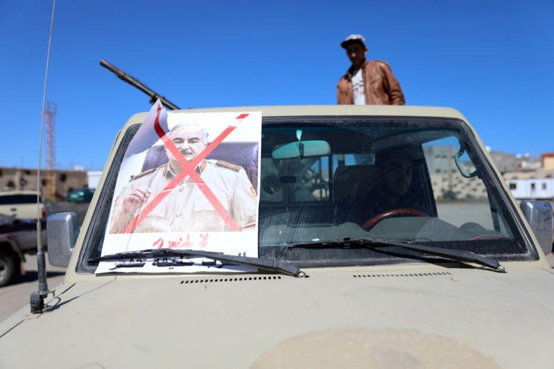 Перечеркнутый портрет Халифы Хафтара на одном из автомобилей.