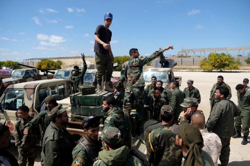 Военные Ливийской национальной армии на пути в Триполи.