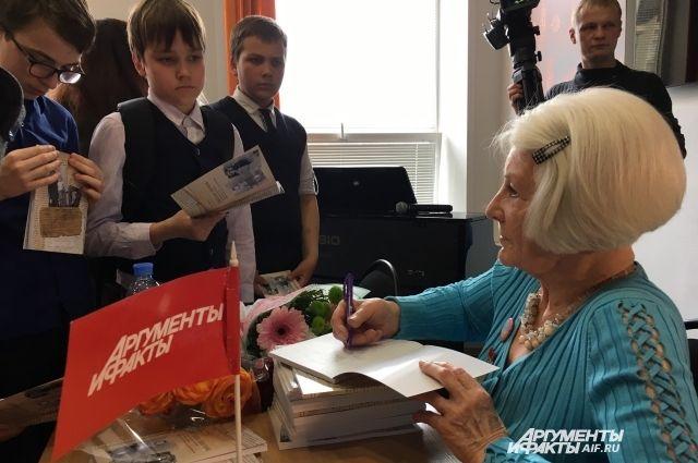 Участникам встречи Лилия Дерябина подарила свои книги с автографами.