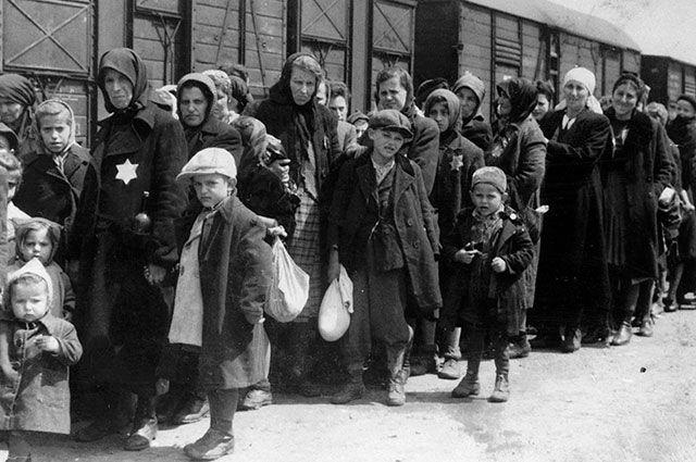 Группа евреев, прибывшая в Аушвиц.