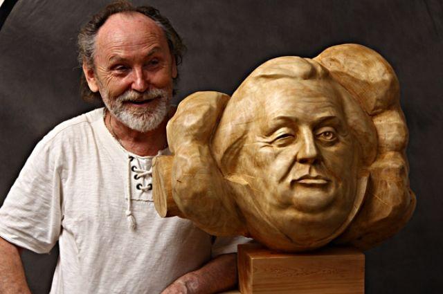Всероссийскую известность мастеру принесла скульптура «Антон Павлович Чехов в Томске глазами пьяного мужика, лежащего в канаве и не читавшего «Каштанку».