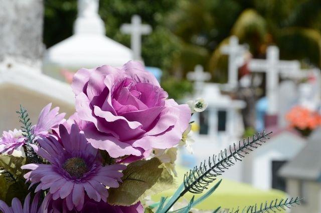 В Новосибирске на кладбище обокрали мужчину